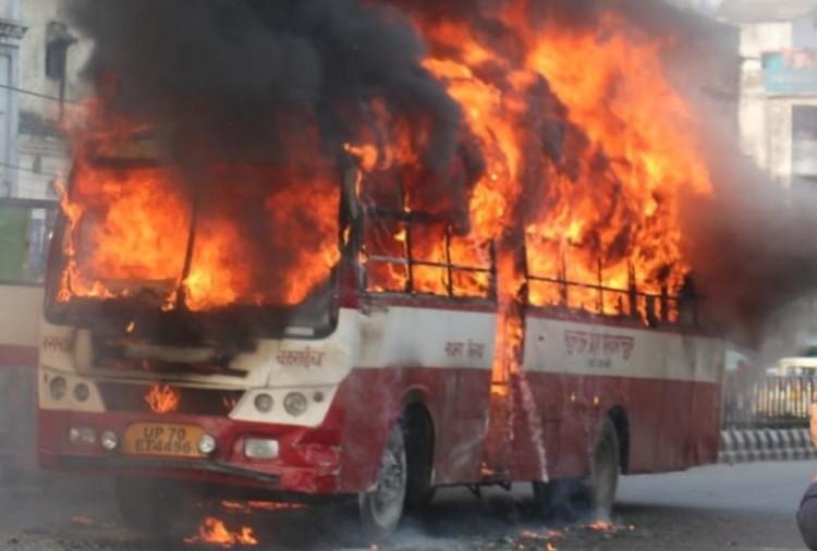 रोडवेज बस में लगी आग