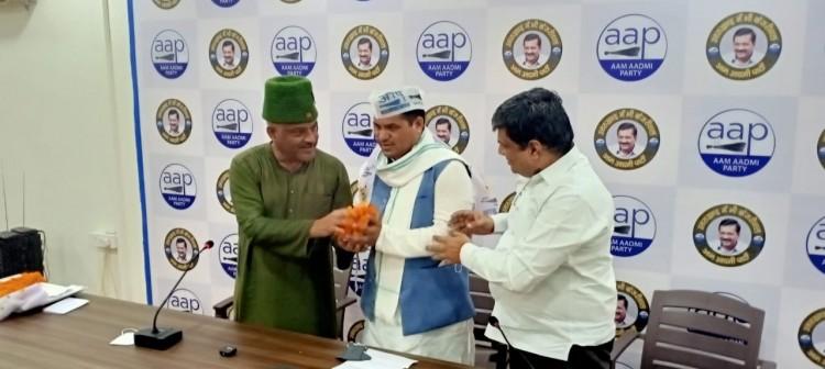 रुद्रप्रयाग जिला पंचायत उपाध्यक्ष सुमंत तिवारी हुए AAP में शामिल, AAP प्रभारी और कर्नल कोठियाल ने दिलाई सदस्यता